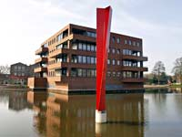 diagonaal opengevouwen prisma- Henk van Bennekum - stalen beeld - Symposion Gorinchem 2005 - vijver bij een nieuw appartementencomplex in de Espritwijk te Gorinchem