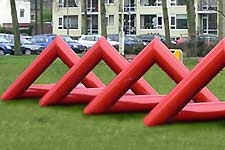 Vierdelig rood stalen beeld van Marry Teeuwen-de Jong op het Maasplein in Alblasserdam.