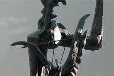 """Het bronzen beeld """"Orpheus"""" van de beeldhouwer Ossip Zadkine, in Apeldoorn NL."""