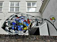 Lia Koster 'de reiziger' - glas in lood in staal plastiek